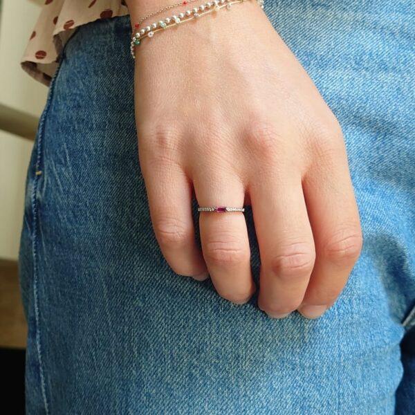 Anello Rubino E Diamanti in Oro Nero indossato