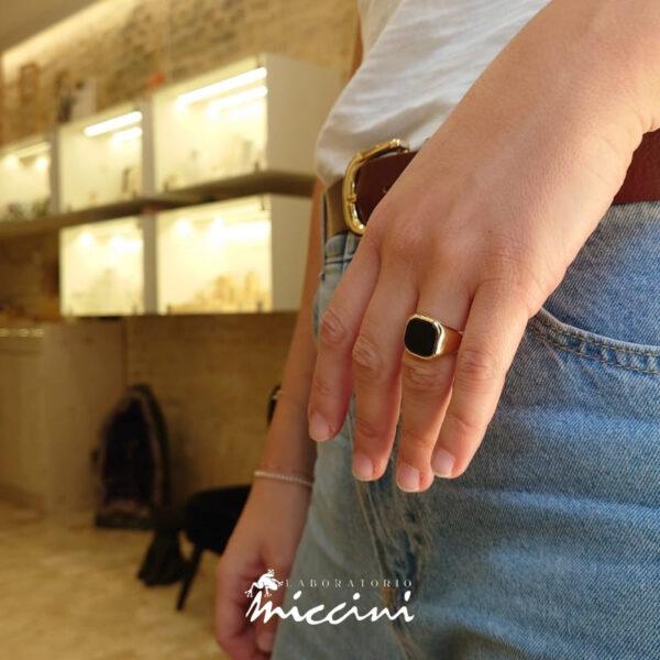 anello chevalier rettangolare in oro