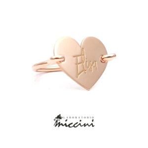 anello a forma di cuore in argento con incisione
