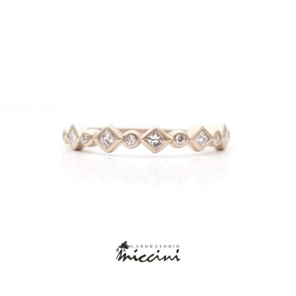 anello in oro bianco con diamanti carrè e brillante