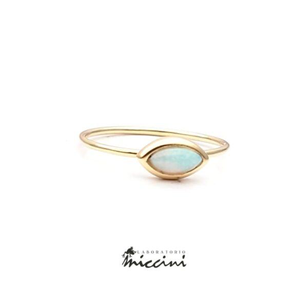 anello con opale cabochon in oro giallo