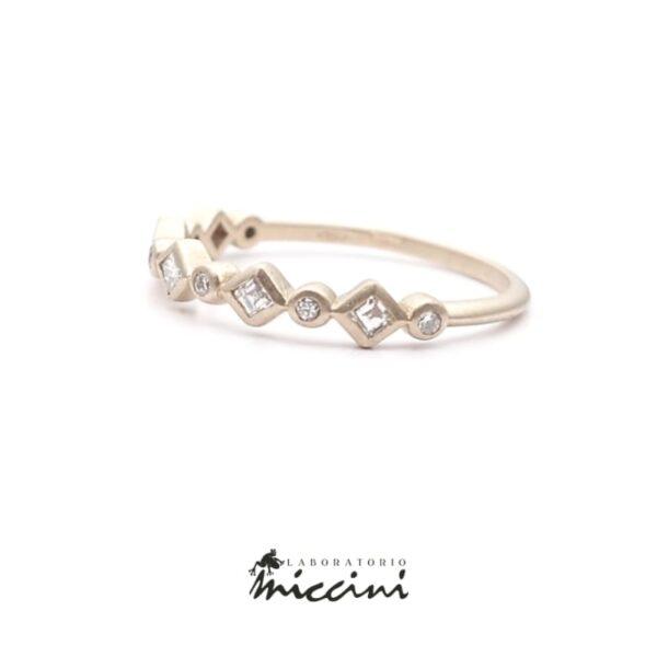 anello con diamanti taglio carrè e diamanti taglio brillante