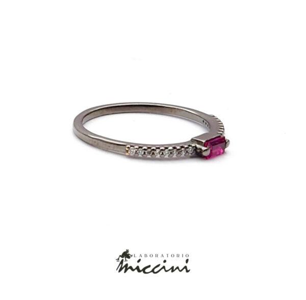 anello in oro nero con rubino taglio baguette