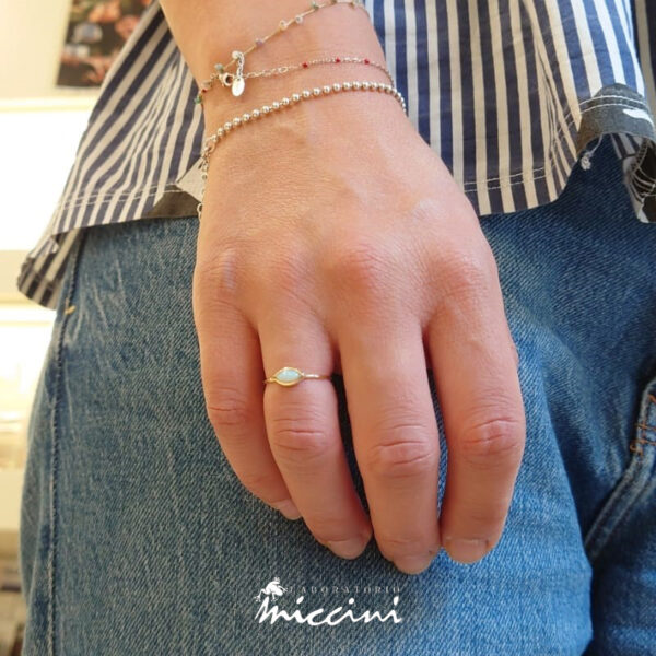 anello in oro giallo e opale realizzato a mano